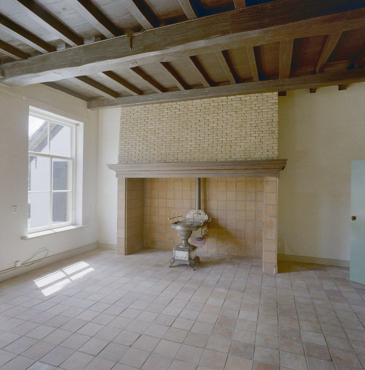 File interieur woonkamer met schouw en balkenplafond for Interieur woonkamer