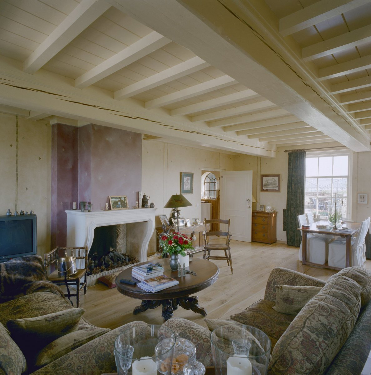 File:Interieur woonkamer met houten plafond, voorheen stalgedeelte ...