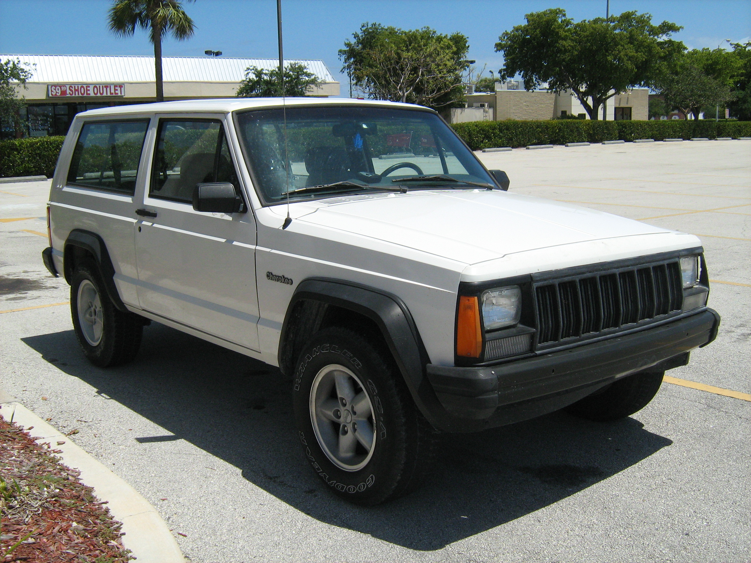 File:Jeep Cherokee Base 2 Door White