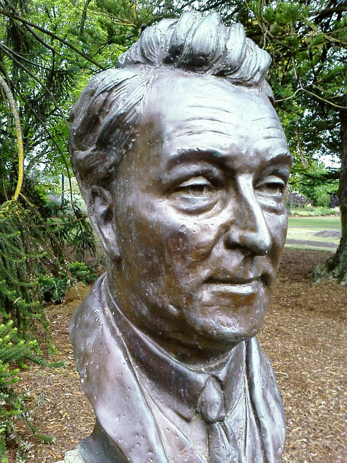 https://upload.wikimedia.org/wikipedia/commons/7/72/Joseph_Lyons_bust.jpg