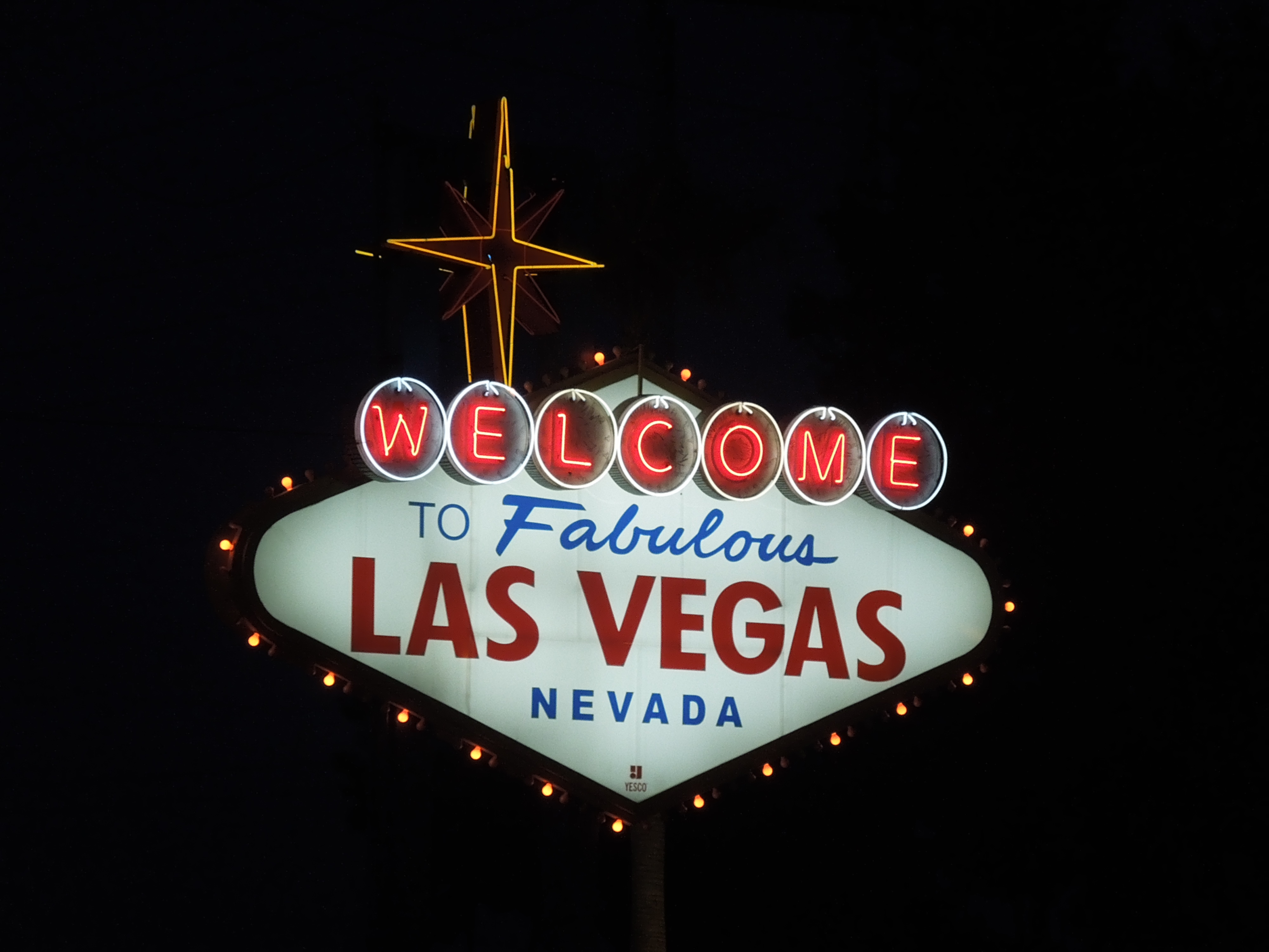 Las_Vegas_Sign_at_Night.JPG