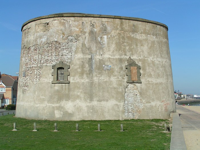 https://upload.wikimedia.org/wikipedia/commons/7/72/Martello_tower_700.jpg