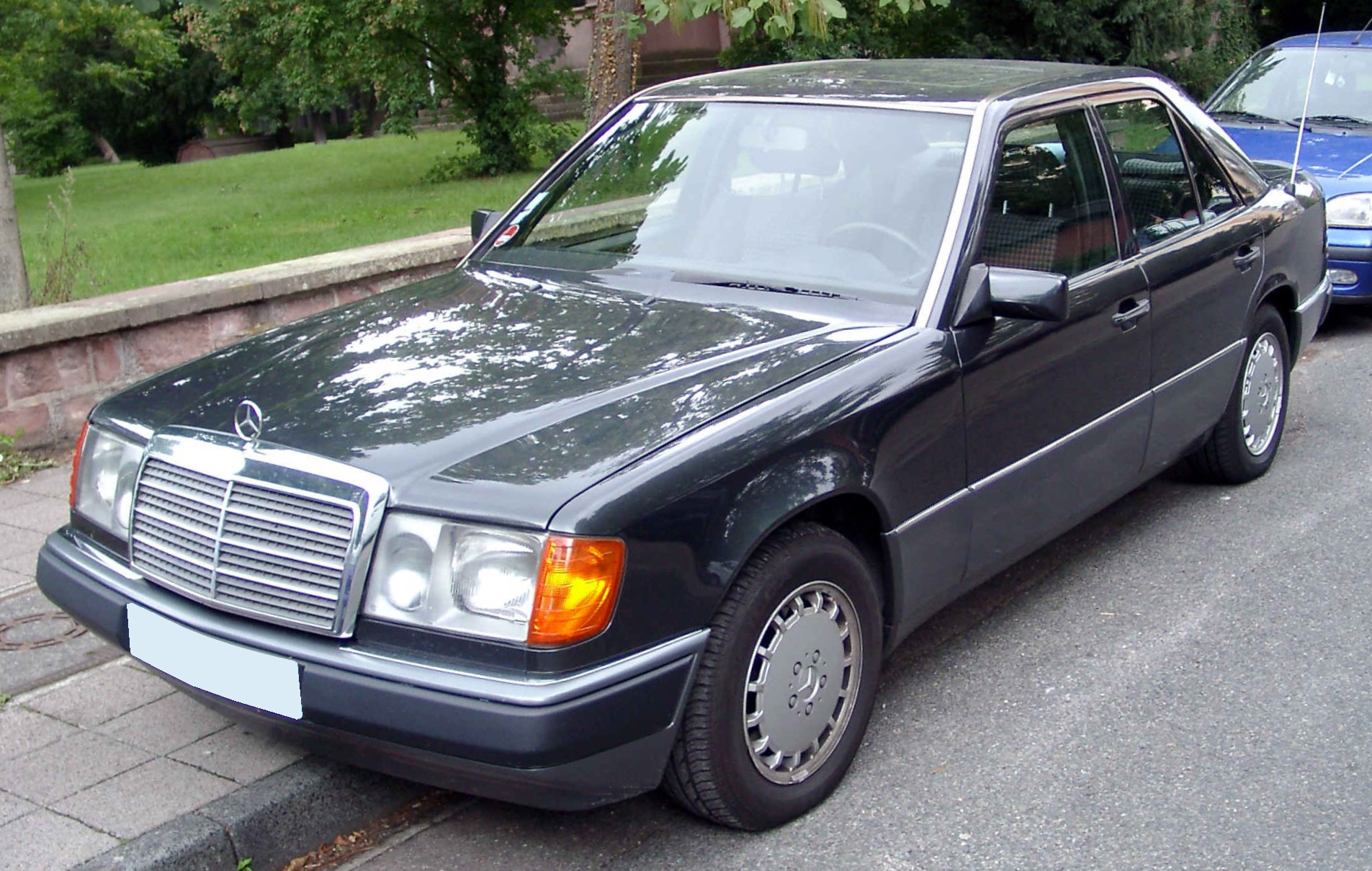File mercedes benz w124 front wikimedia commons for Mercedes benz 1990 e300