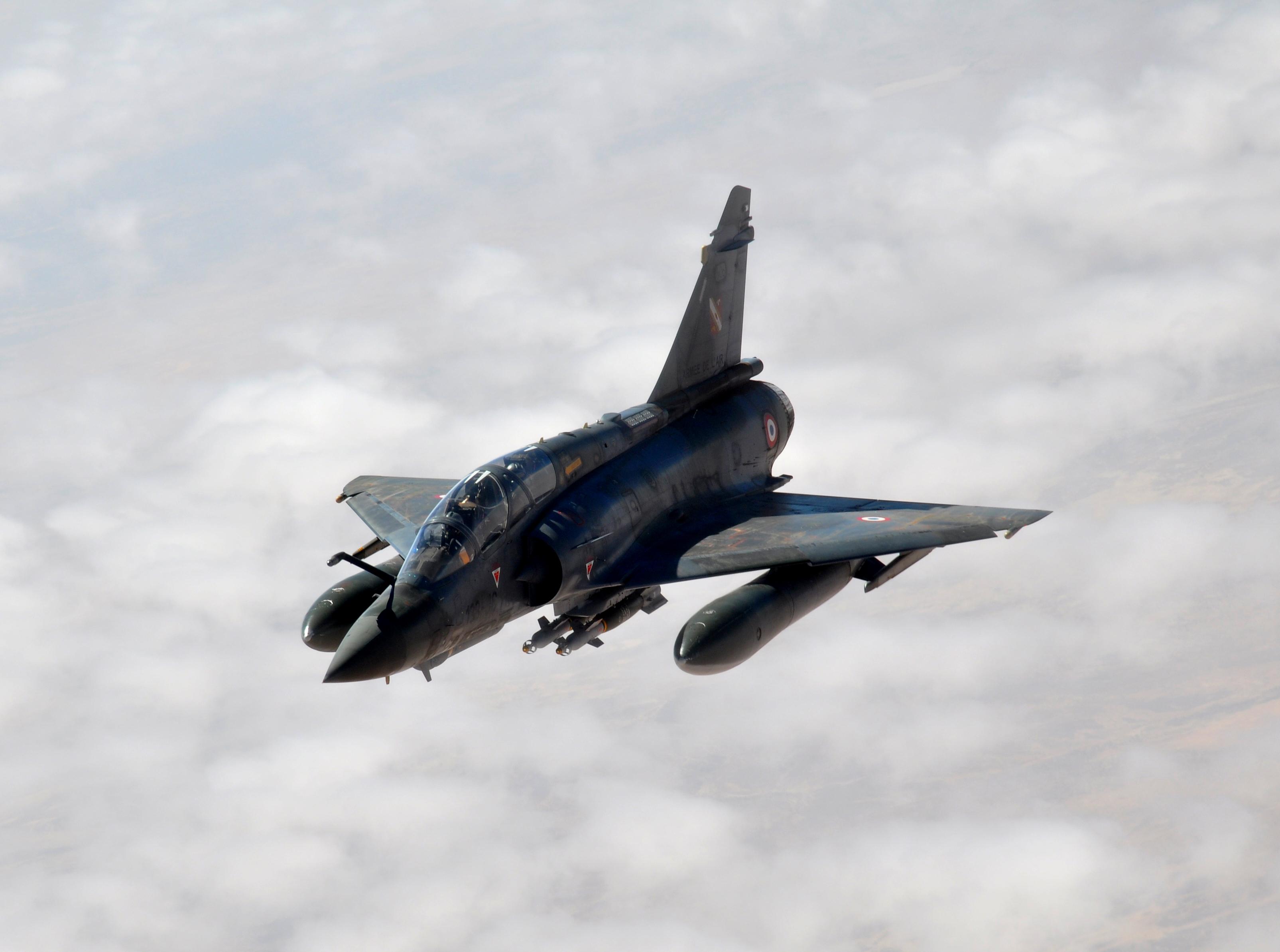 Vue d'un mirage 2000D au-dessus de l'Afrique pendant l'opération Serval