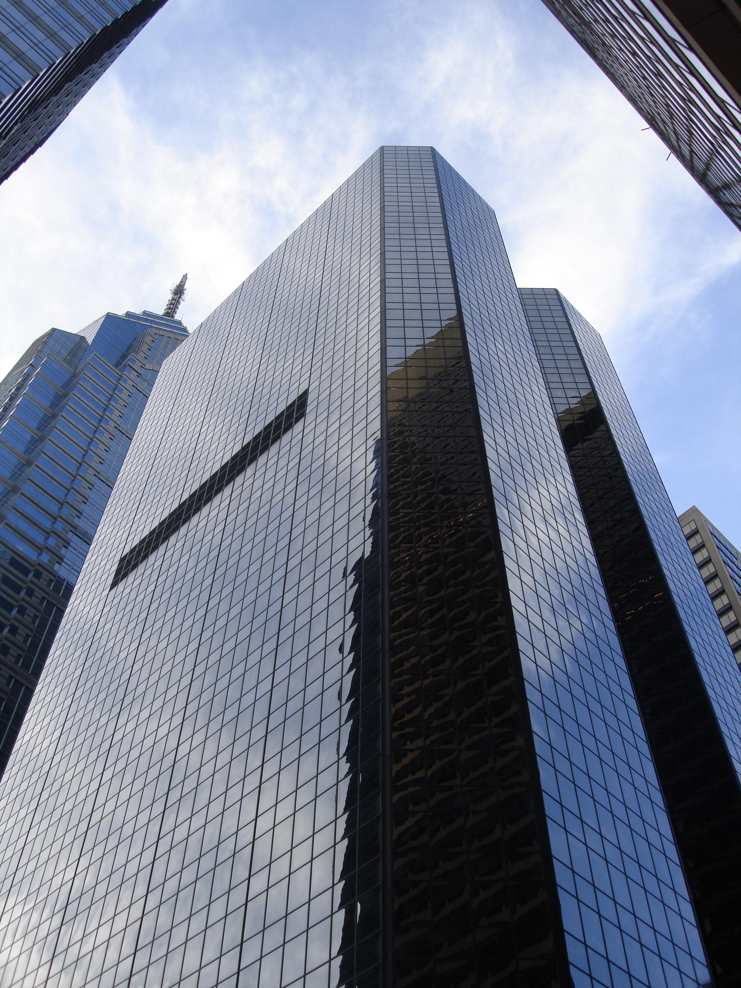 https://upload.wikimedia.org/wikipedia/commons/7/72/PNC_Bank_Building%2C_Philadelphia.jpg