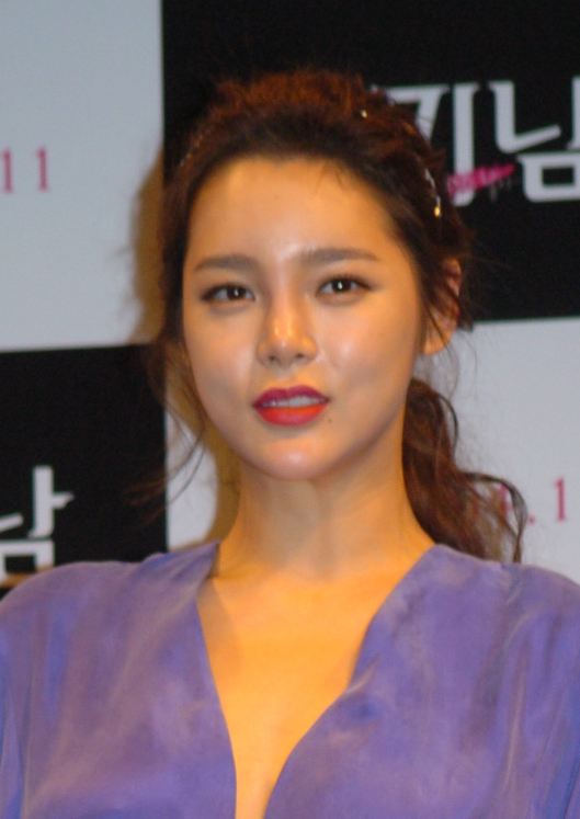 The 39-year old daughter of father (?) and mother(?) Park Si Yeon in 2018 photo. Park Si Yeon earned a  million dollar salary - leaving the net worth at 2 million in 2018