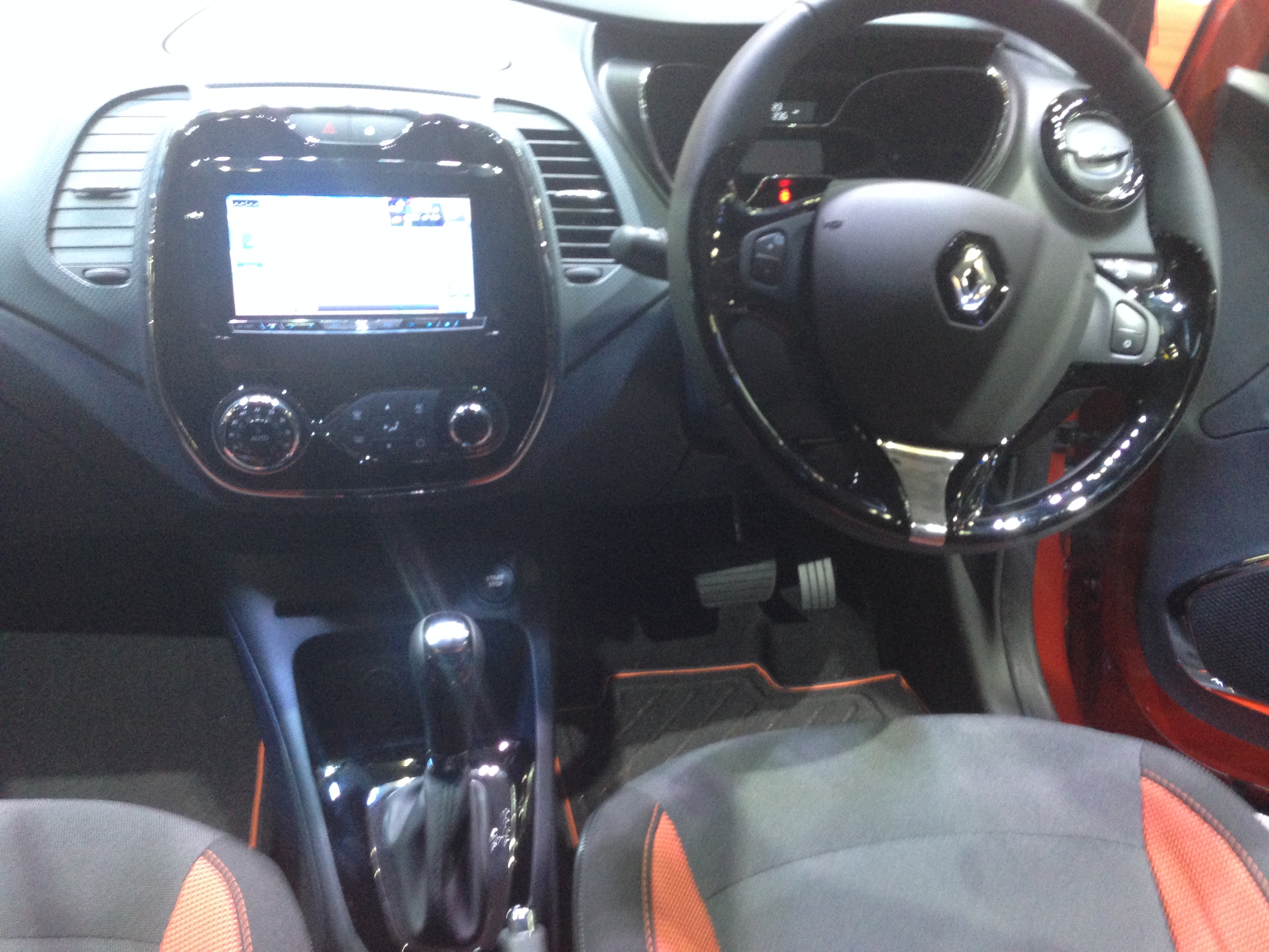 File renault captur interior tokyo motor show for Interior renault captur
