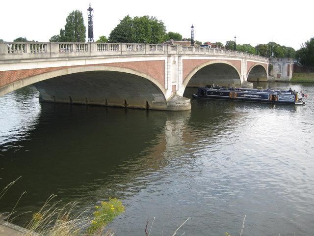 River Thames, Hampton Court Bridge - geograph.org.uk - 932763