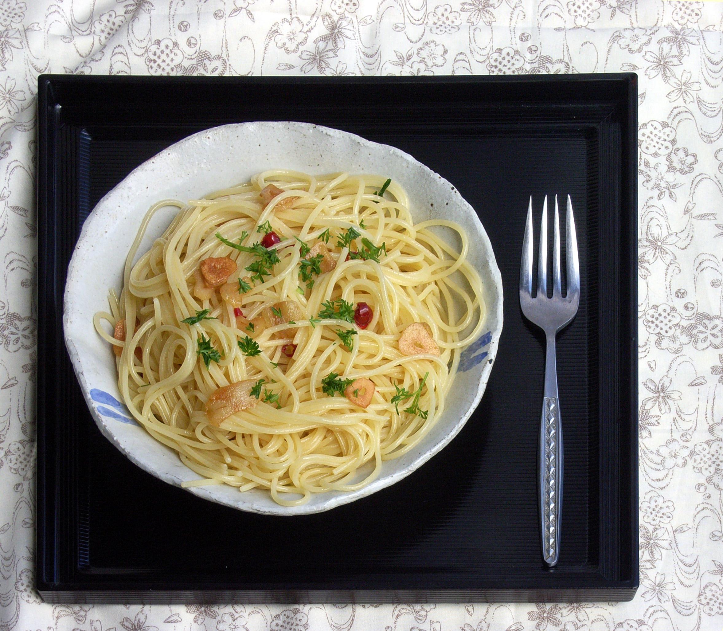 File:Spaghetti aglio olio e peperoncino by matsuyuki retouched.jpg - Wikimedia Commons