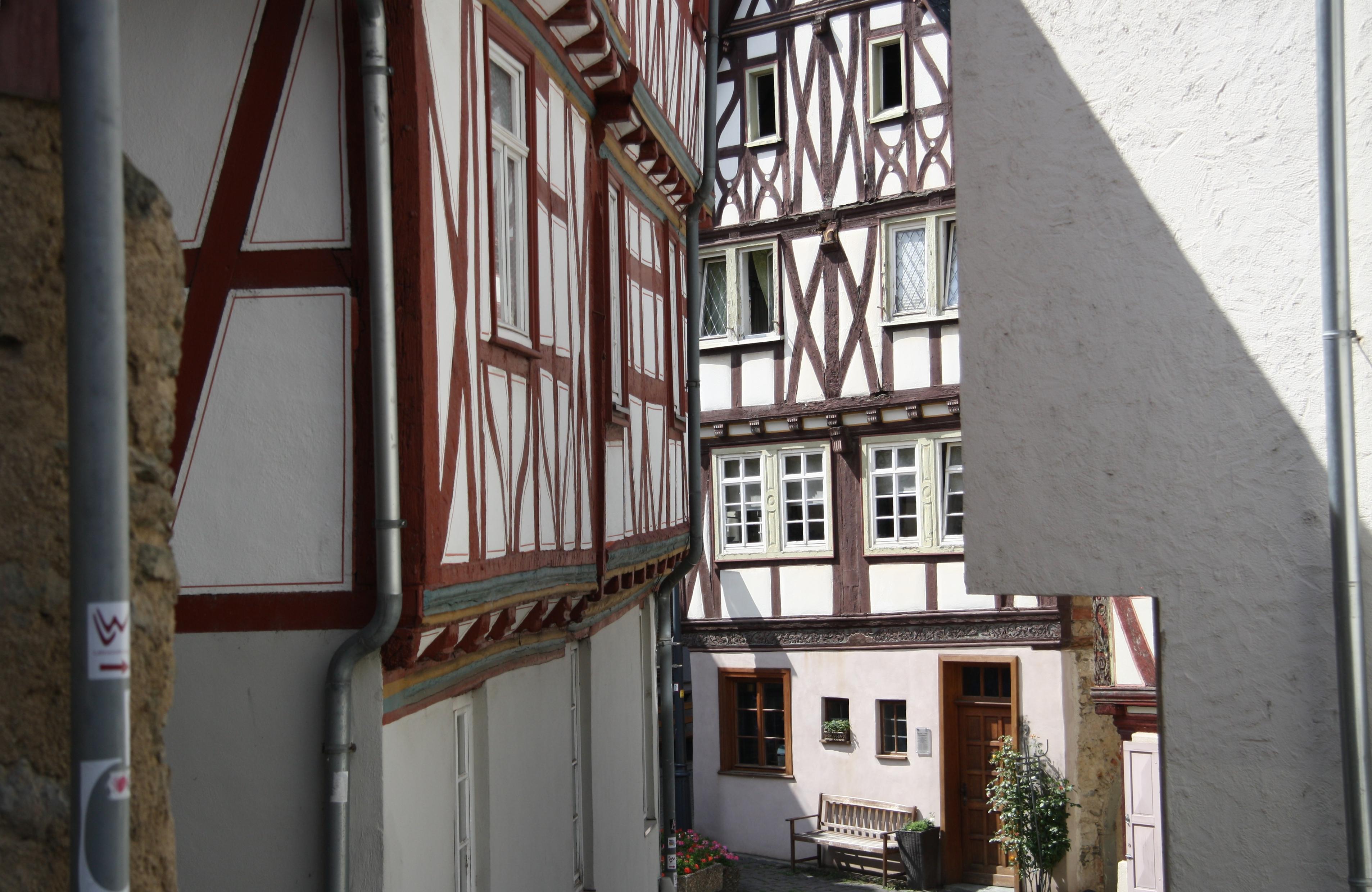 File:Standort vor Römer 2-4-6, Blick südwestwärts, Limburg.