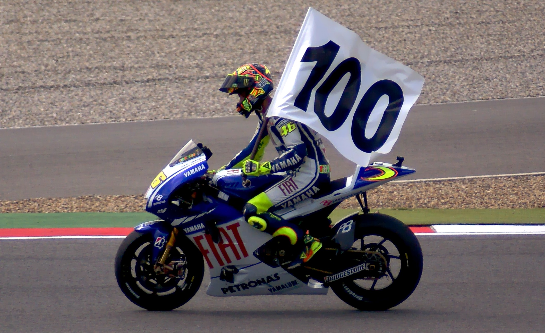 File:Valentino Rossi vittoria 100.jpg - Wikimedia Commons