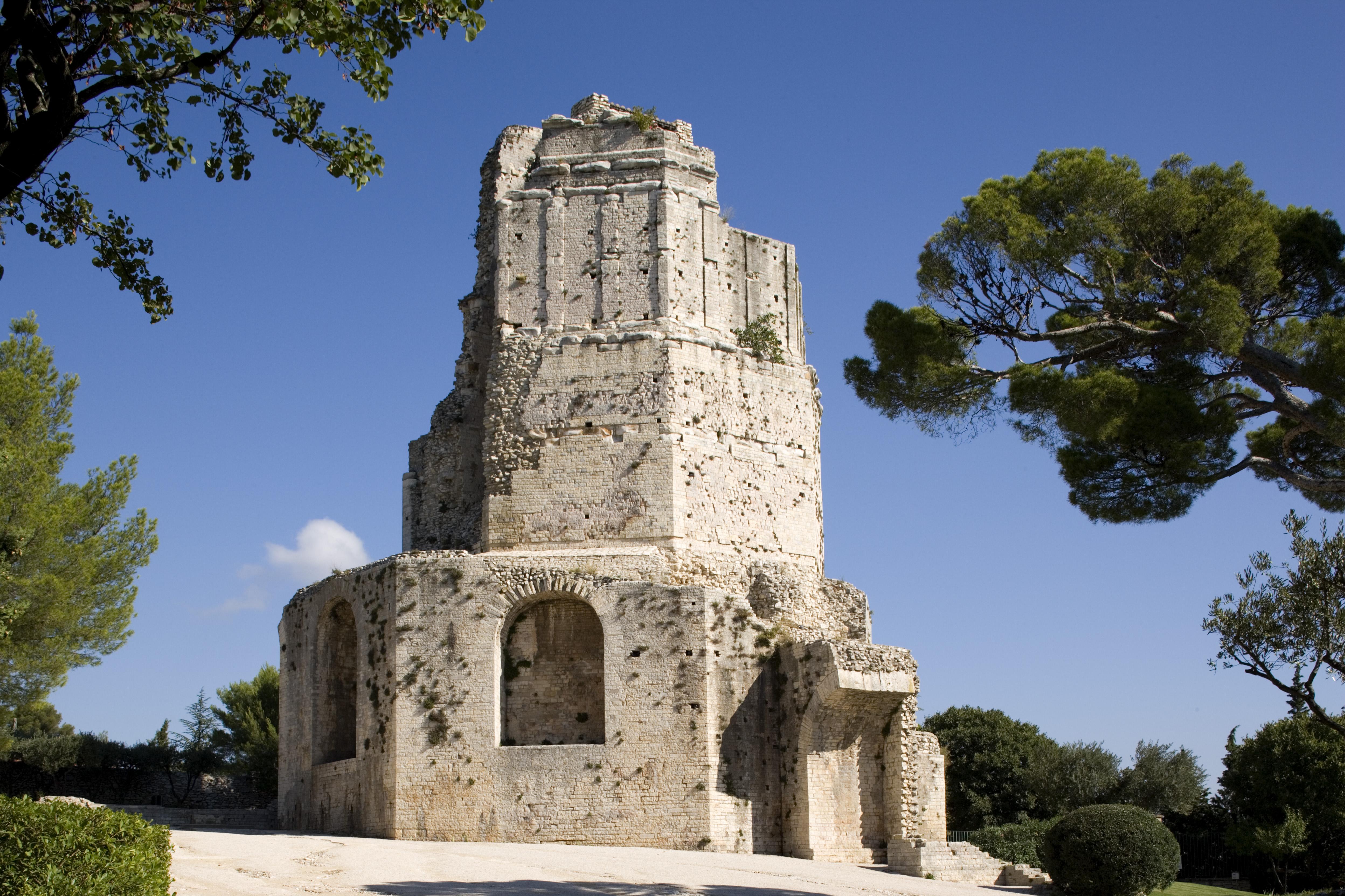 File 281 tour magne nim wikimedia commons for Histoire des jardins wikipedia