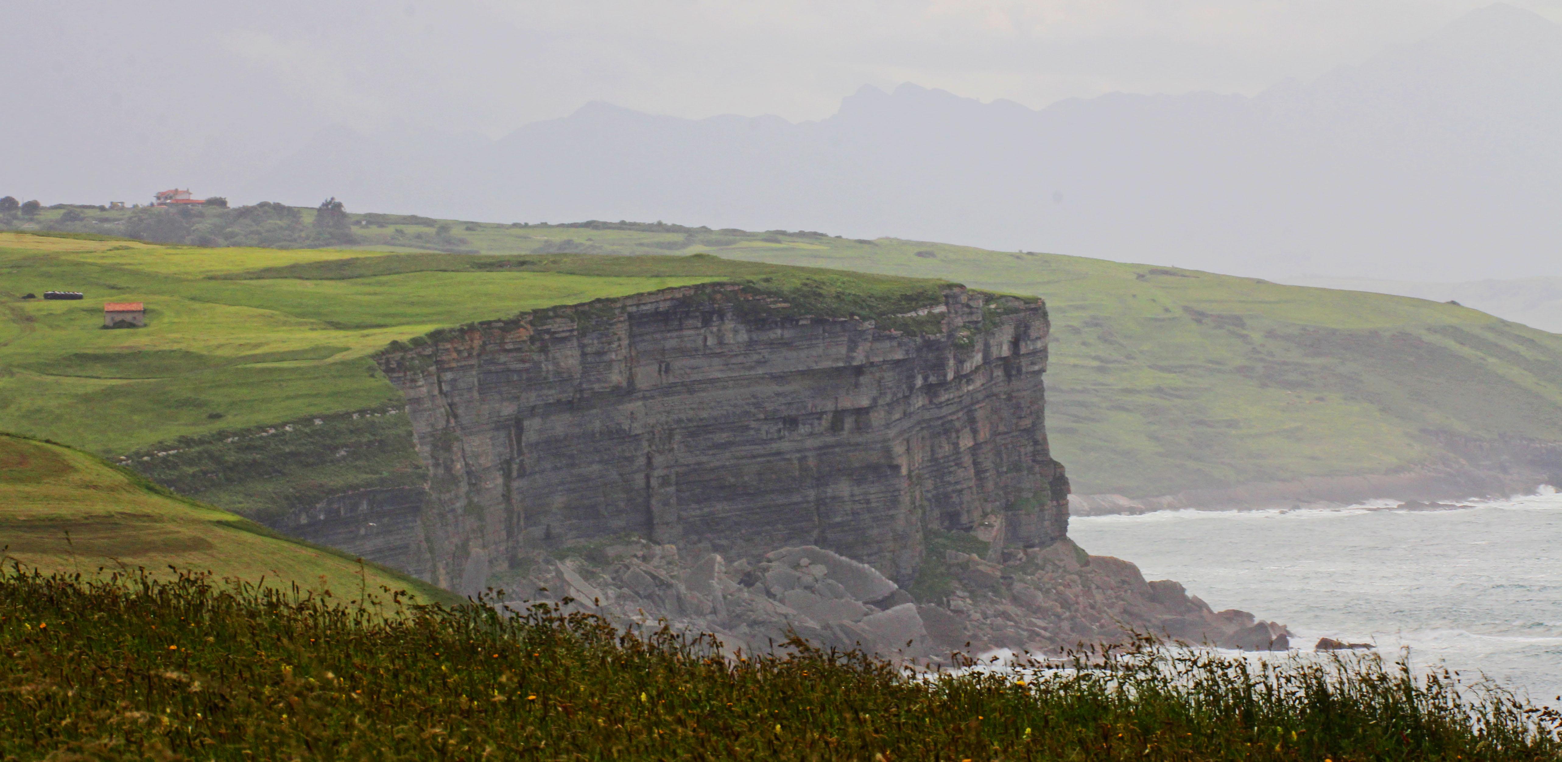 Acantilados de Toñanes en la costa occidental entre Santllana del Mar y Comillas