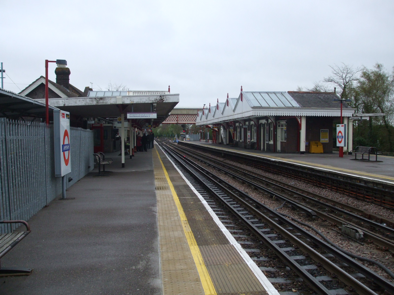 File:Amersham station southbound through look south.jpg ...