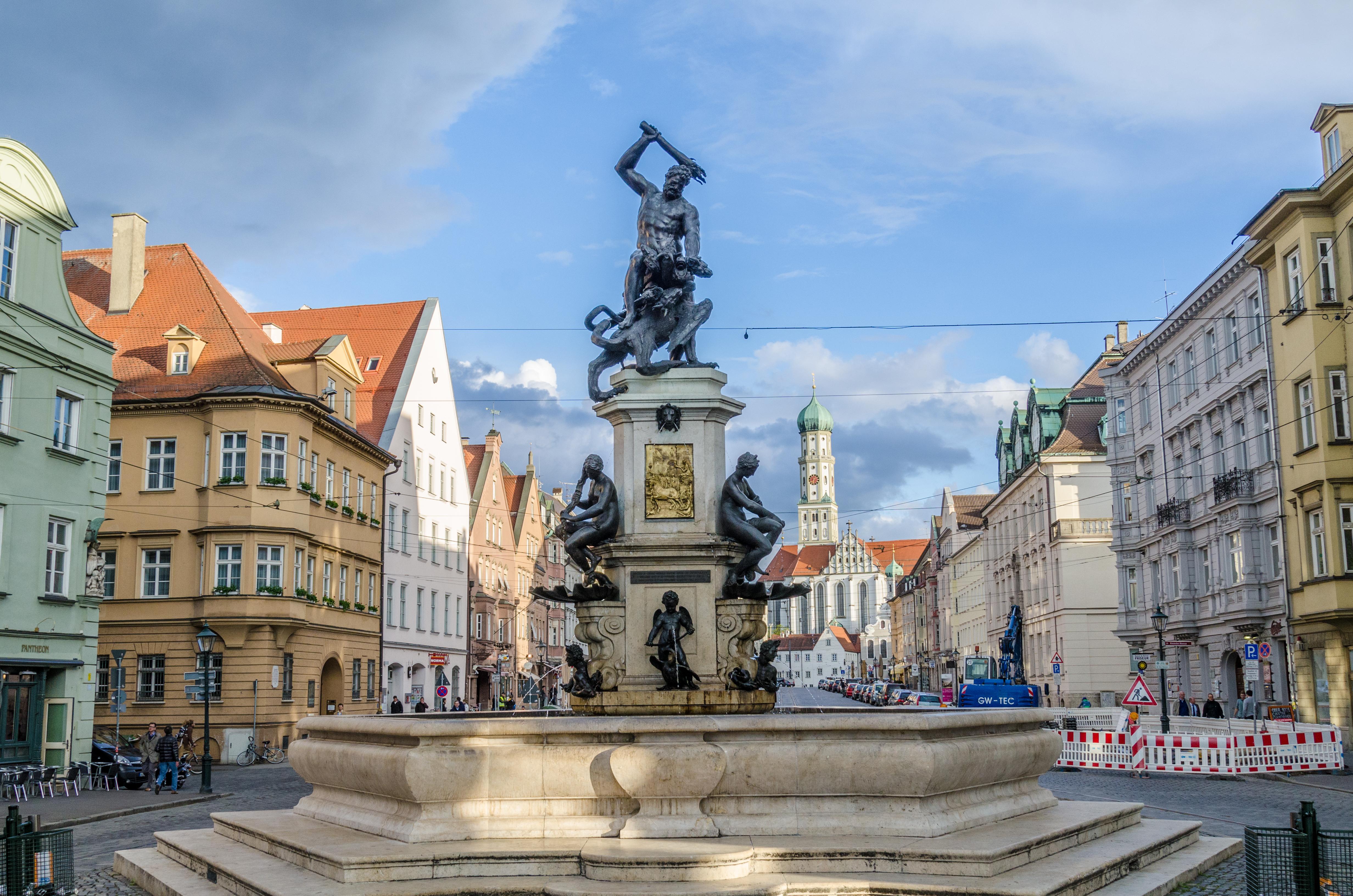 https://upload.wikimedia.org/wikipedia/commons/7/73/Augsburg,_Maximilanstra%C3%9Fe,_Herkulesbrunnen,_001.jpg