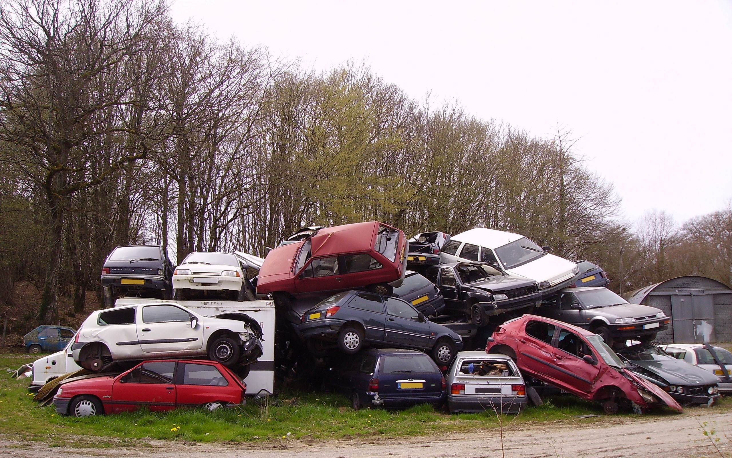 File:Automobiles in a french junkyard.jpg - Wikimedia Commons