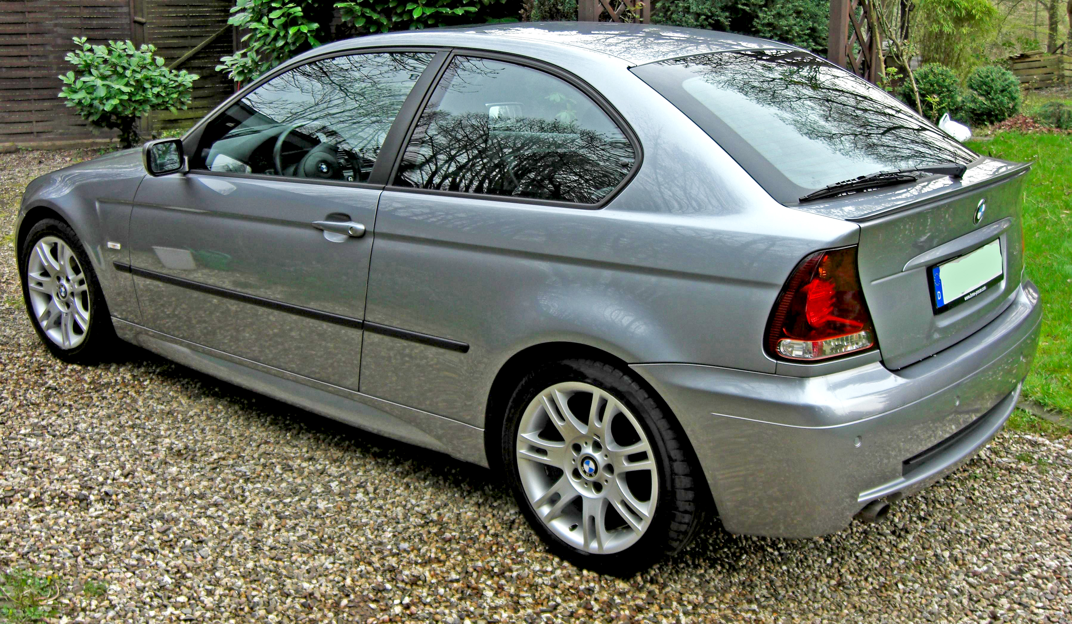 File:BMW 316ti Compact M-Sportpaket side-2004.jpg - Wikimedia Commons