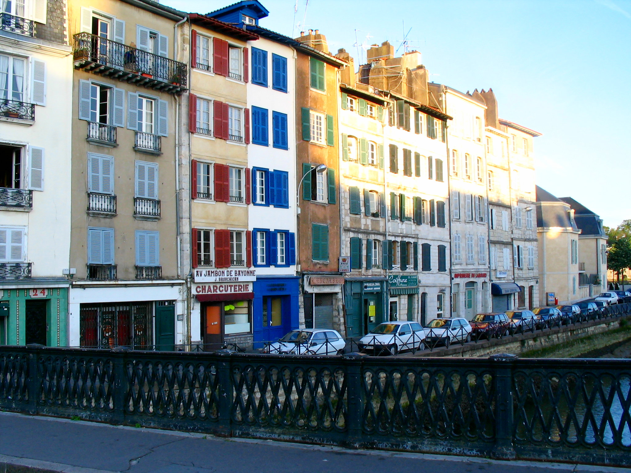 http://upload.wikimedia.org/wikipedia/commons/7/73/Bayonne_-_Houses_view.jpg