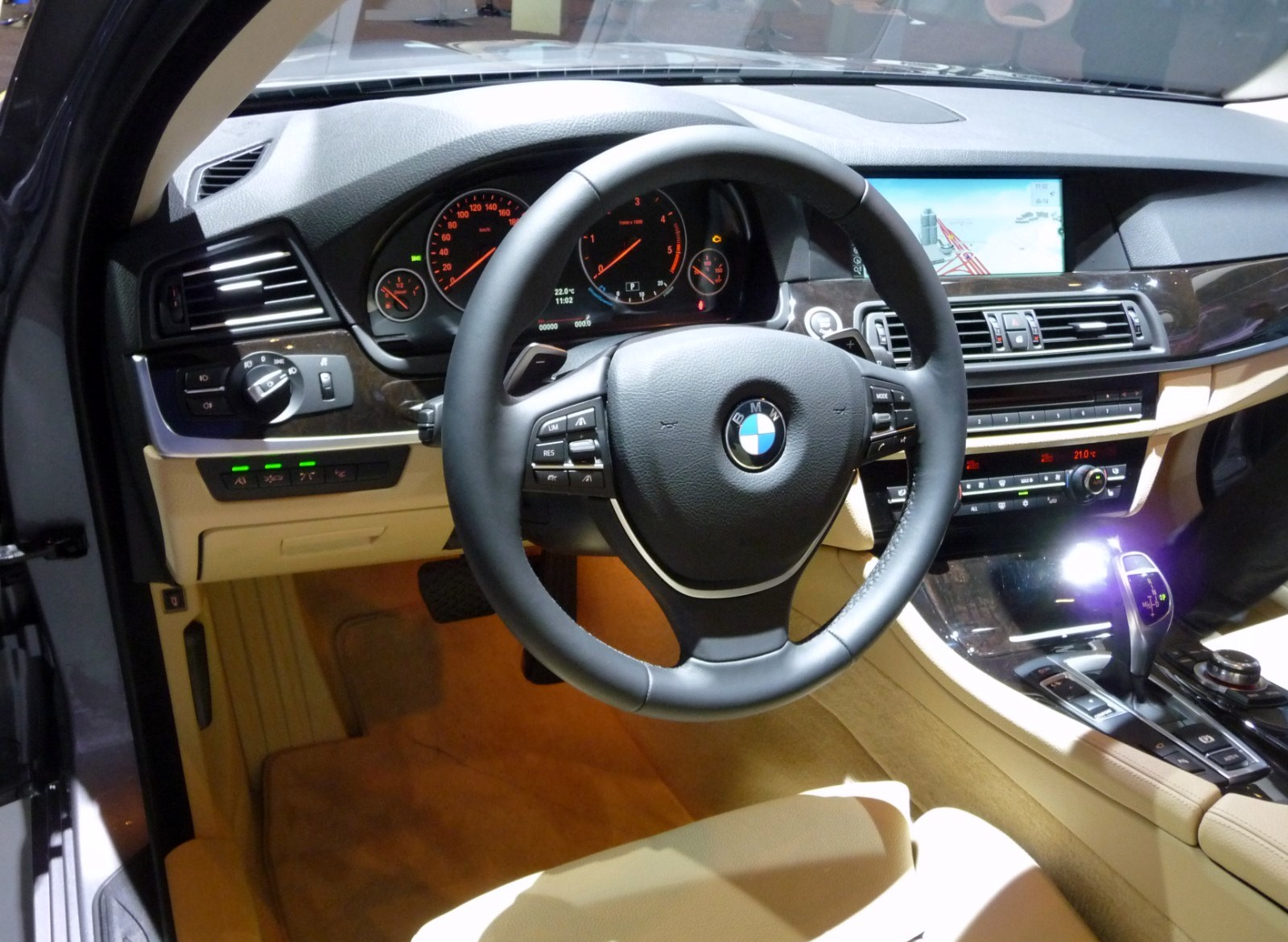 File bmw 5er f10 interieur wikimedia commons for Bmw serie 7 interieur