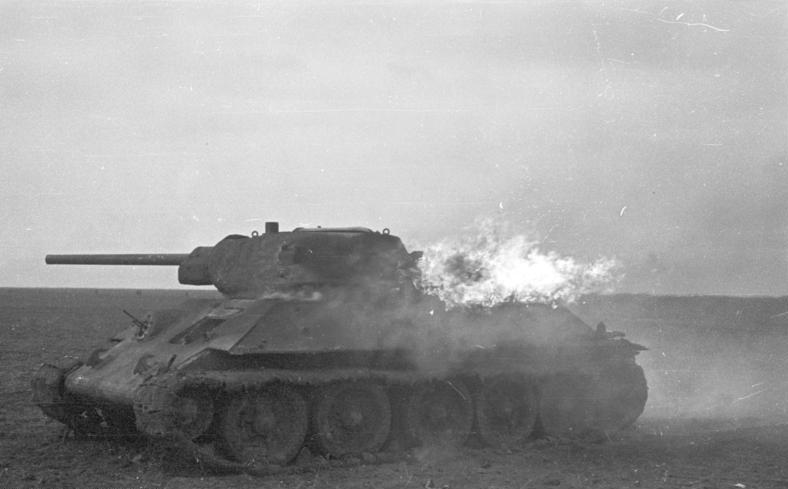 File:Bundesarchiv B 145 Bild-F016221-0015, Russland, Brennender T-34.jpg