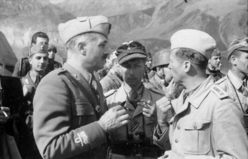 اغاره Gran Sasso ...تحرير الكوماندوس الألماني للزعيم الفاشي موسوليني من سجنه  Bundesarchiv_Bild_101I-567-1503C-35%2C_Gran_Sasso%2C_General_Soletti%2C_Major_Mors