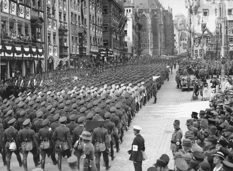 Ficheiro:Bundesarchiv Bild 183-2004-0312-503, Nürnberg, Reichsparteitag, Marsch der Wehrmacht.jpg
