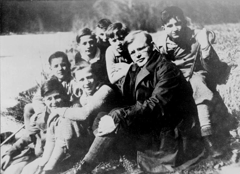 Bundesarchiv Bild 183-R0211-316, Dietrich Bonhoeffer mit Schülern