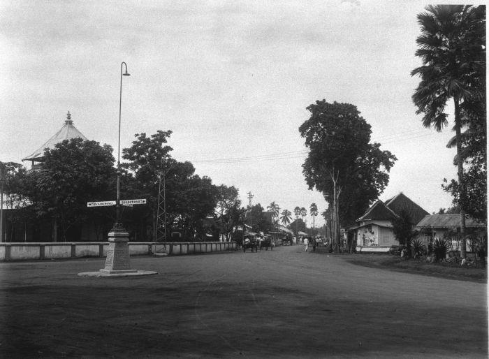File:COLLECTIE TROPENMUSEUM De weg naar de Chinese wijk te Djember op Oost-Java TMnr 60009818.jpg