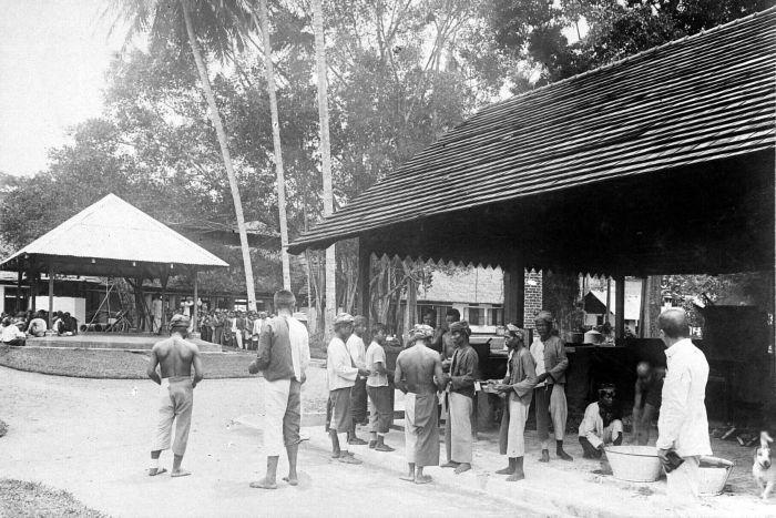 Keuken En Deli : File collectie tropenmuseum mannen tijdens een maaltijd bij de