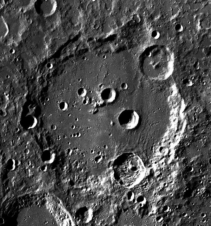 La NASA detecta agua en la Luna en el Cráter Clavius.