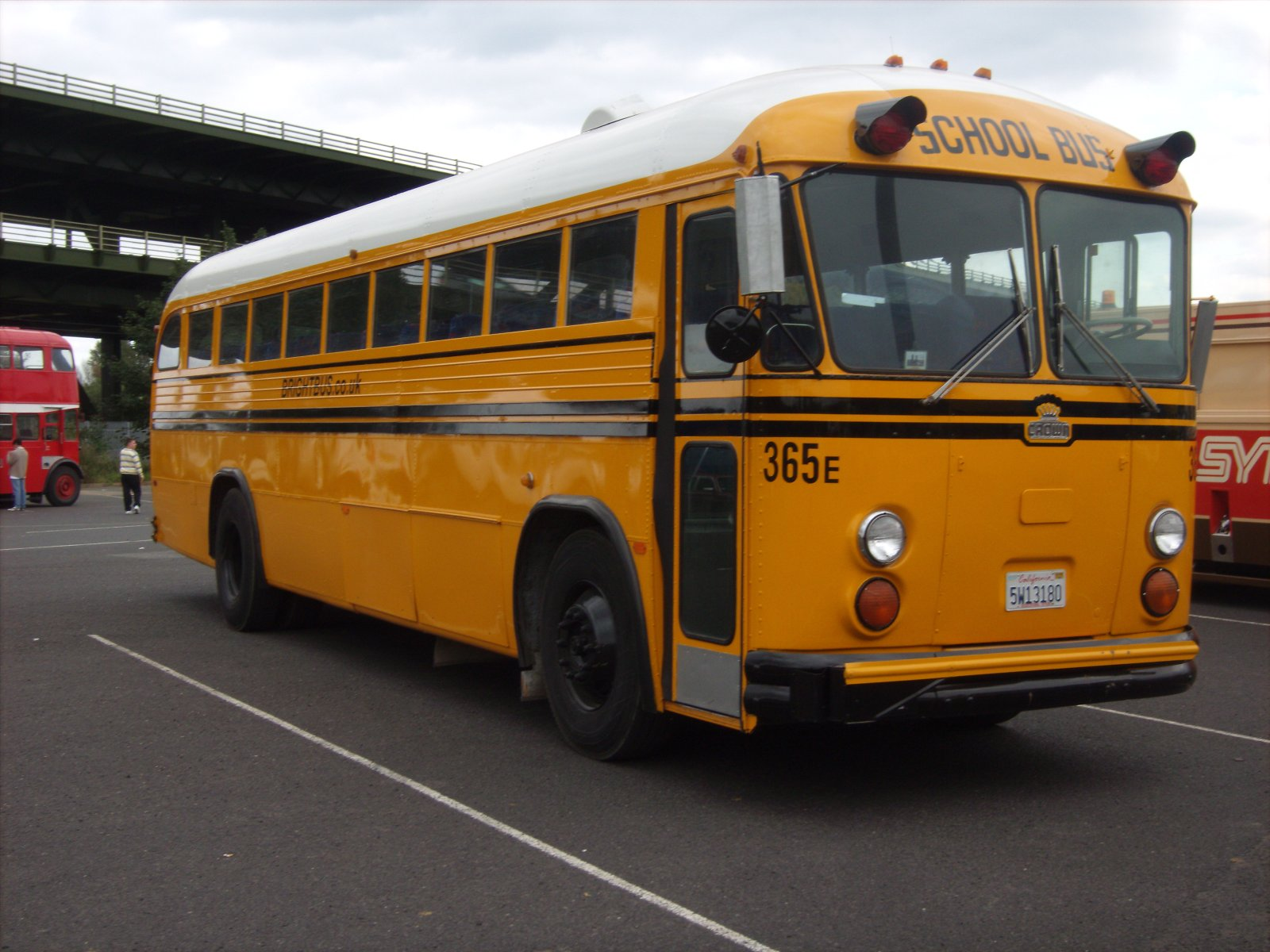 File Crown School Bus At Meadowhall Jpg Wikipedia