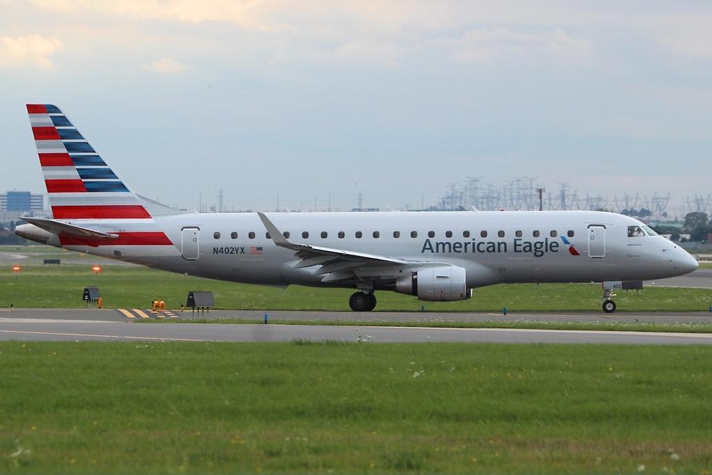 File:Embraer ERJ-175-200LR American Eagle N402YX, YYZ ... - photo#4