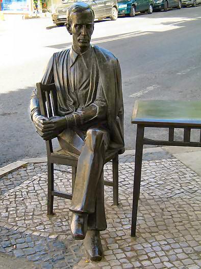 "Estatua de António Aleixo en Loulé, frente al bar ""Calcinha"", frecuentado en vida por el poeta."
