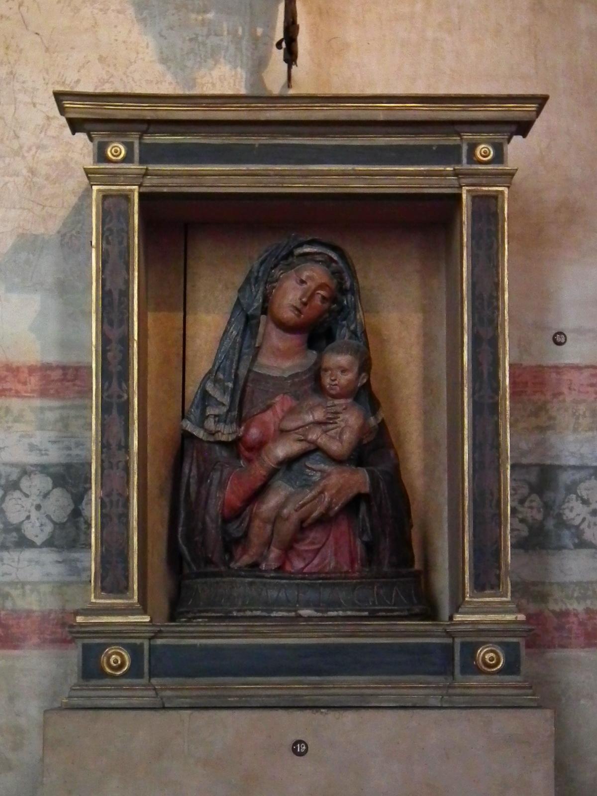 Madonna col Bambino, attribuito a Giovanni da Pisa  (–1460), tra il 1445 e il 1450 circa, stucco policromatoi