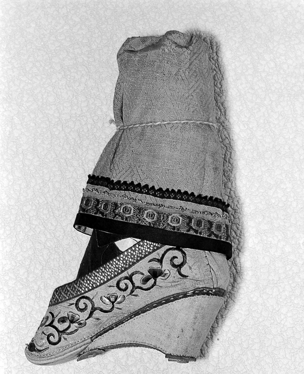 File:Foot Binding; Women's Shoe, China Wellcome L0005078