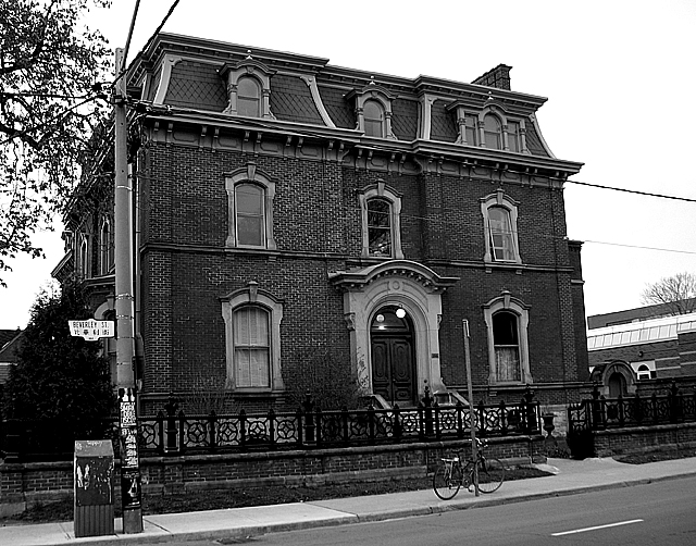 Filegeoge brown house in black and white jpg