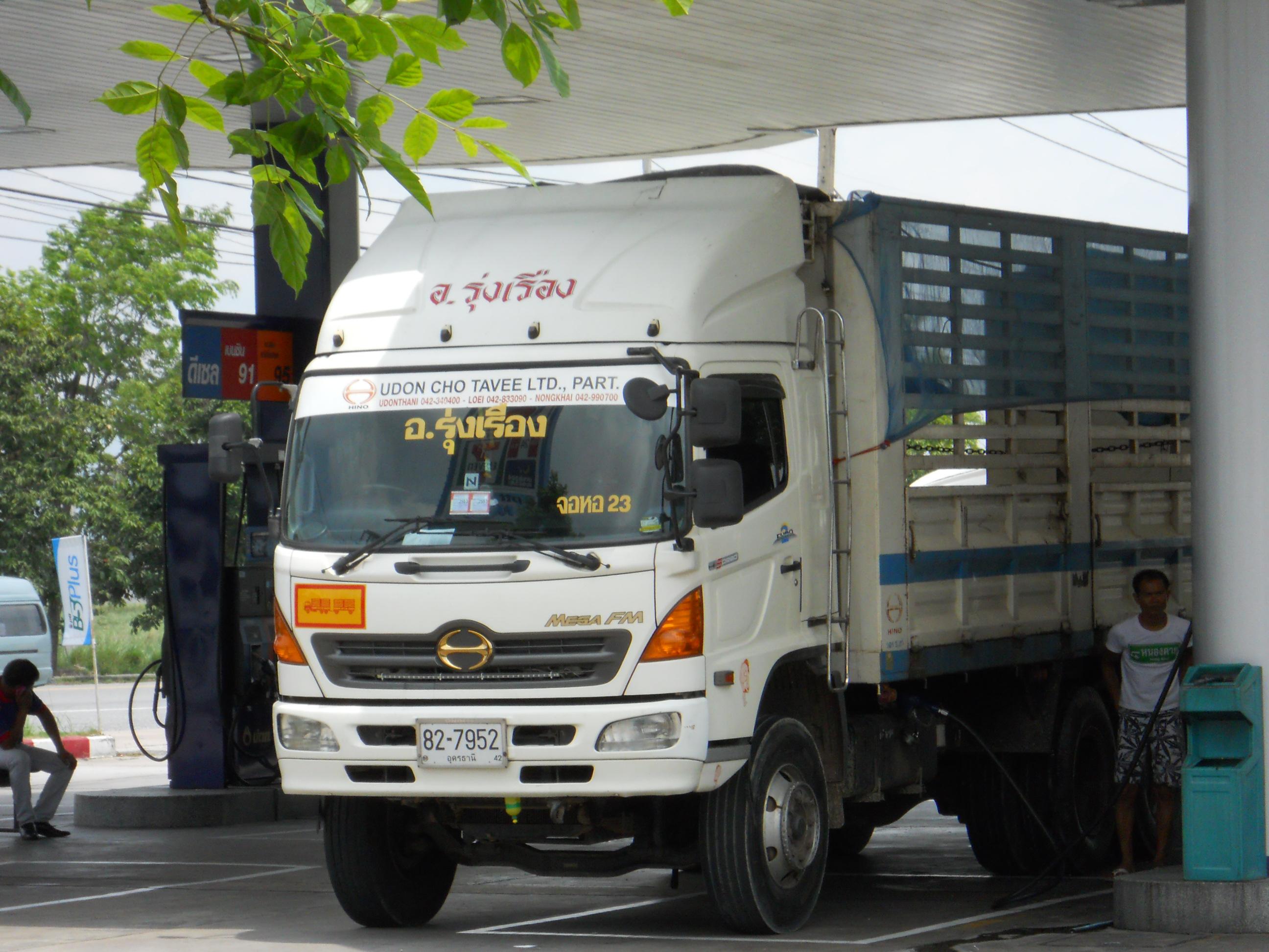 File:Hino Truck Mega F...