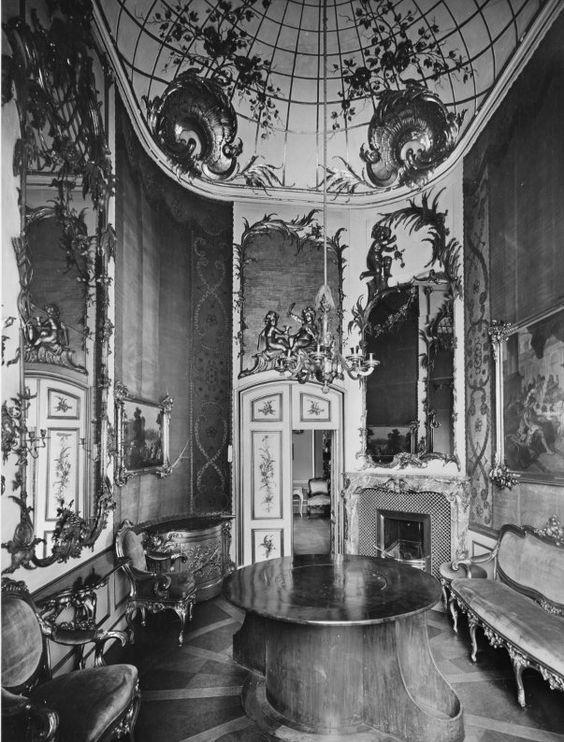 Les mécanismes des tables volantes au XVIIIe siècle Interior_of_Stadtschloss_Potsdam%2C_Konfidenztafelzimmer