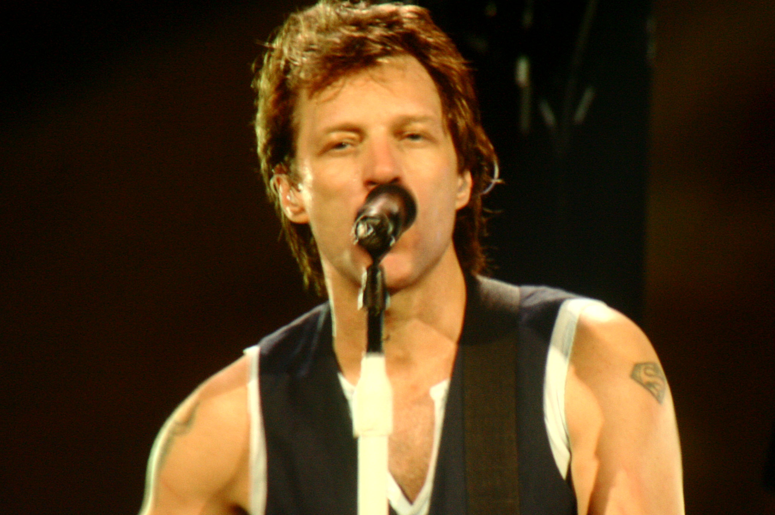 http://upload.wikimedia.org/wikipedia/commons/7/73/Jon_Bon_Jovi.jpg