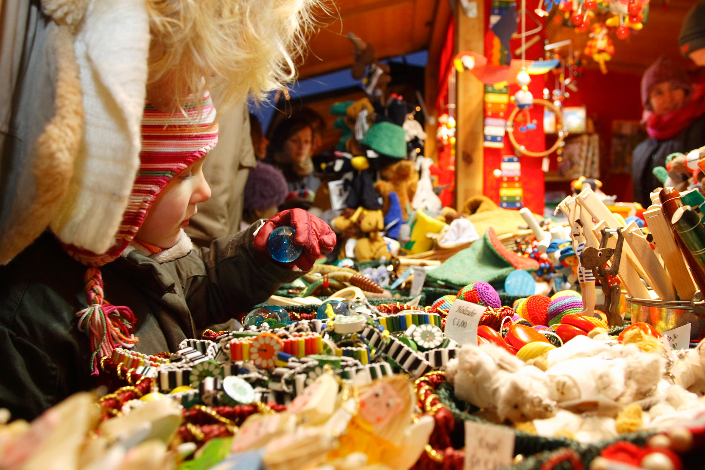 File kind vor spielzeug c weihnachstmarkt at foto