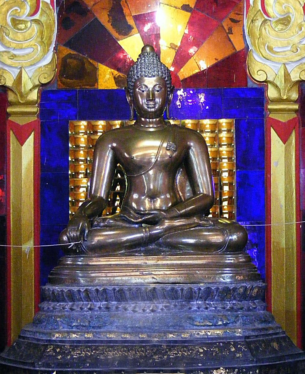 http://upload.wikimedia.org/wikipedia/commons/7/73/Luang_Pho_Phet_%28Wat_Tha_Thanon%29.jpg