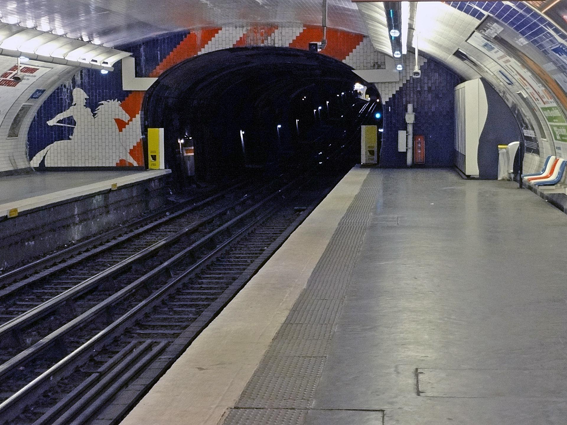 Métro de Paris - Ligne 7 - Cadet 02.jpg