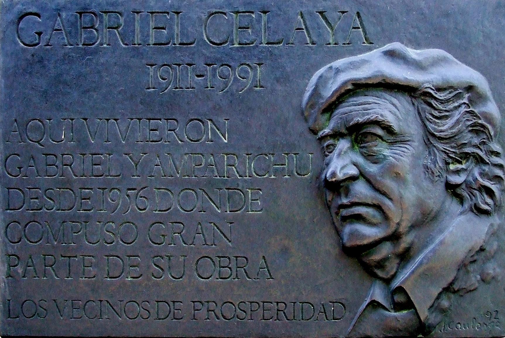 Placa rememorativa en la casa de Madrid en la que vivió Gabriel Celaya hasta su fallecimiento.