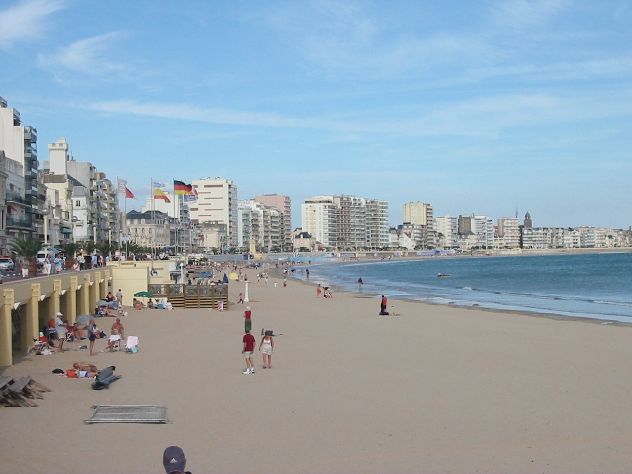 File plage et immeubles aux sables d 39 - Tapissier les sables d olonne ...