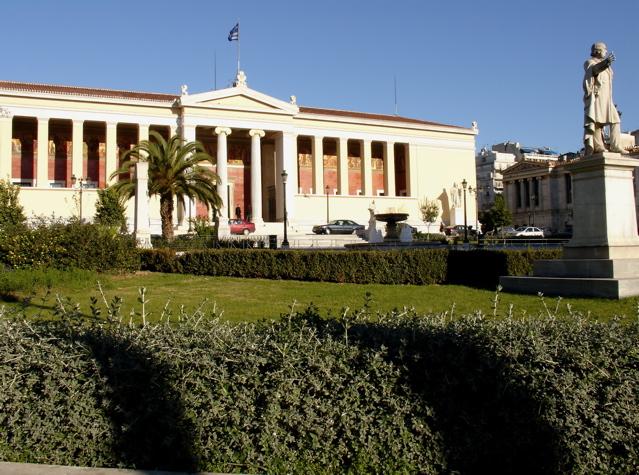 Después de comenzar Derecho en la Universidad de Atenas, Elytis comienza a decidirse por el mundo de las letras.