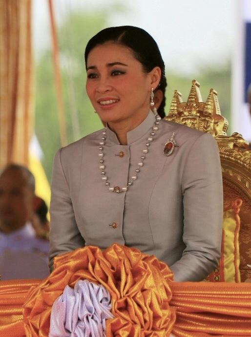 王妃 タイ 国王