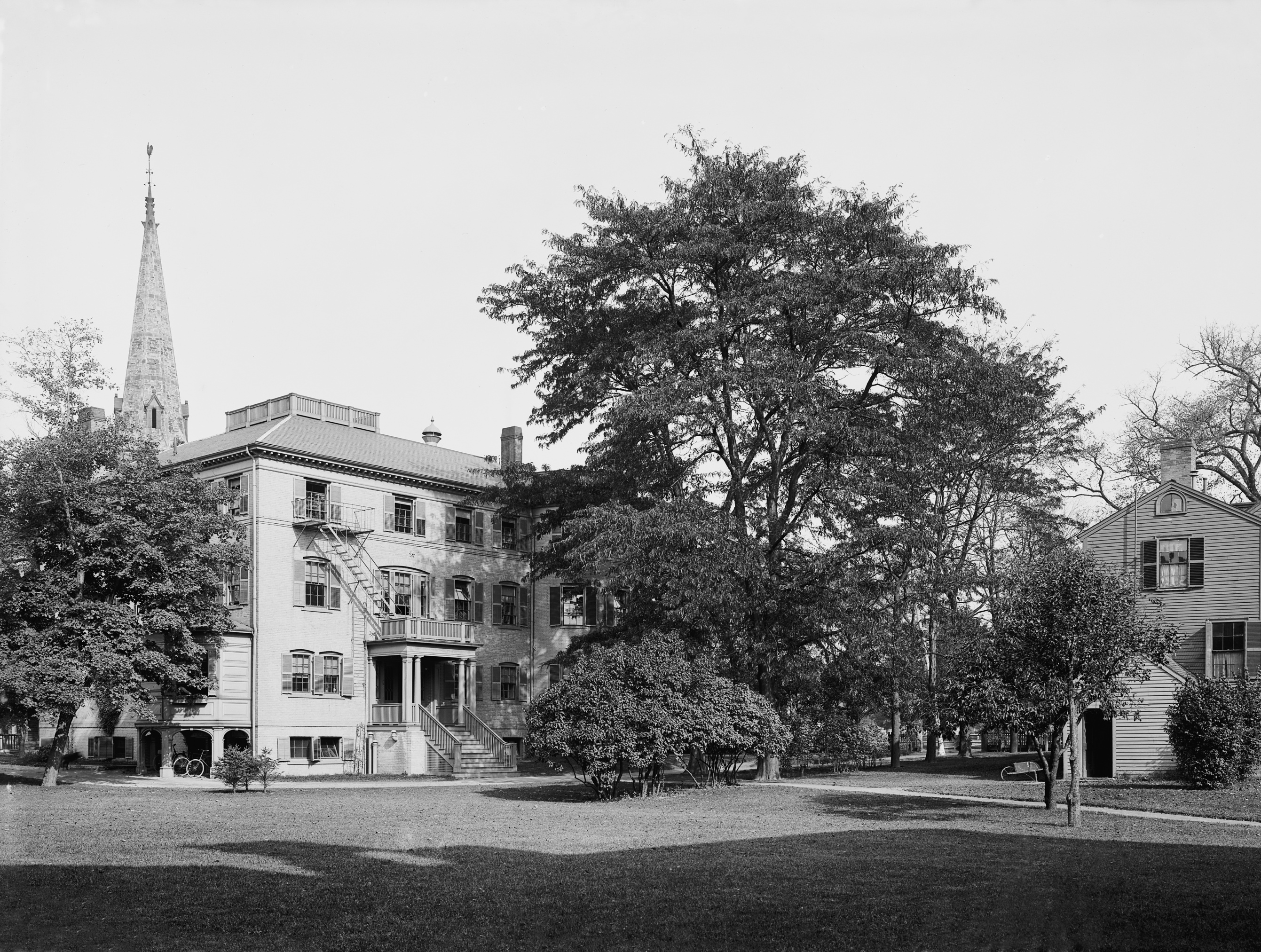 http://upload.wikimedia.org/wikipedia/commons/7/73/Radcliffe_college.jpg