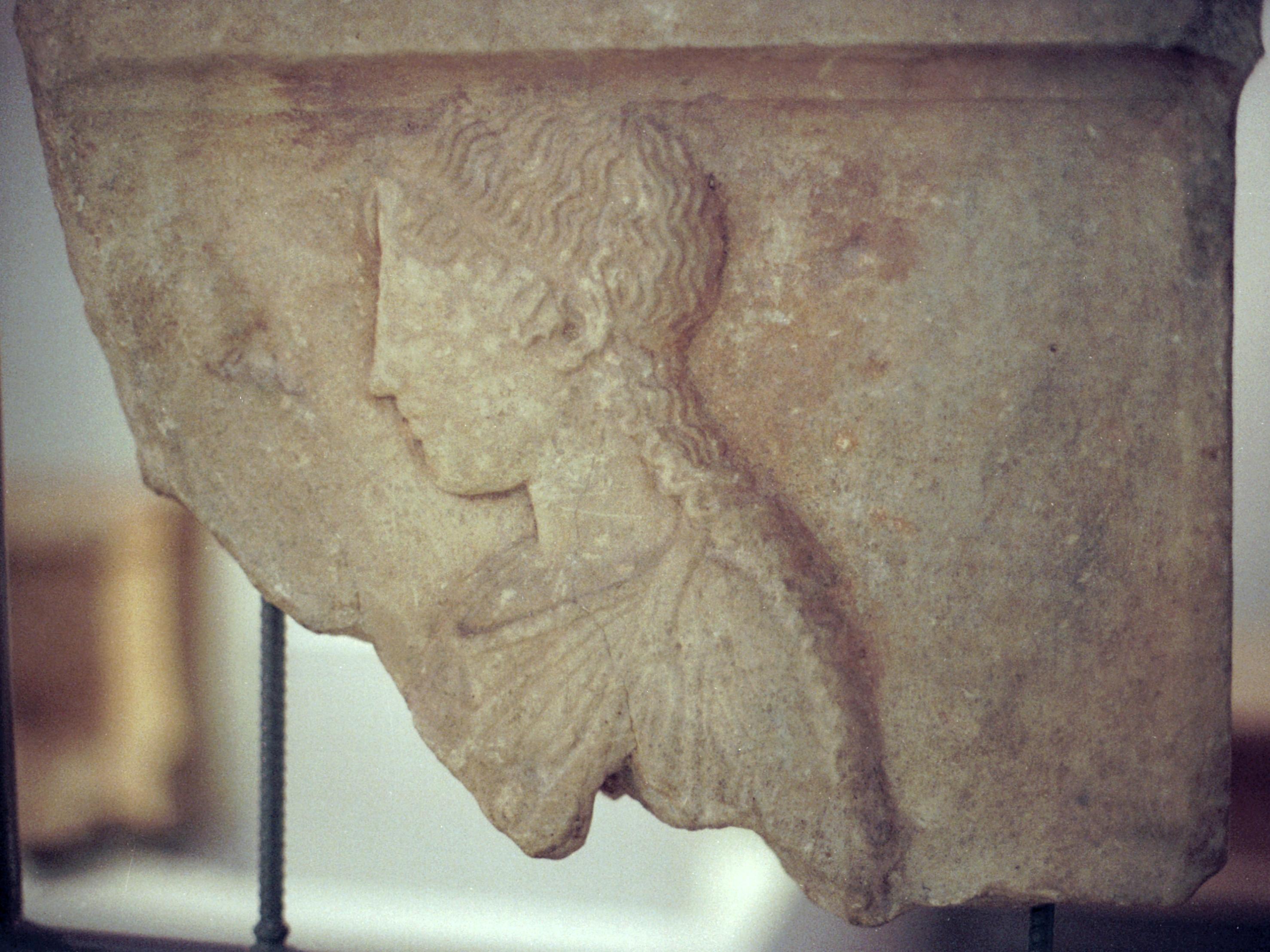 File:Relief of a kore, fragmen, AM Dion, Diom431.jpg