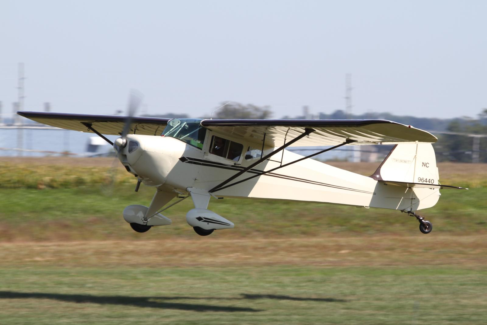 https://upload.wikimedia.org/wikipedia/commons/7/73/Taylorcraft_BC12-D_%28N96440%29.jpg