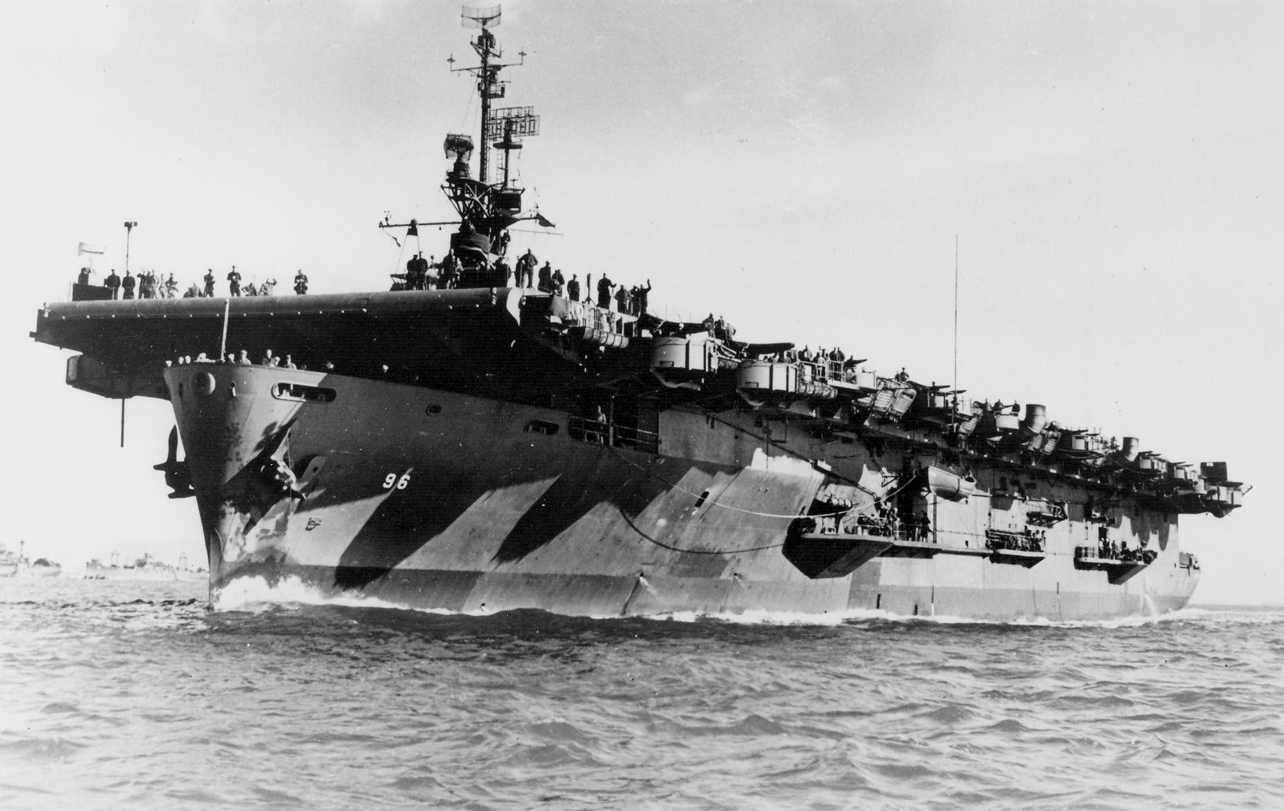 USS_Salamaua_(CVE-96)_underway_off_San_F